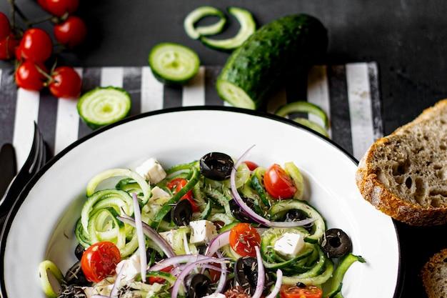 Griechischer salat mit spiralgurken-rezeptidee