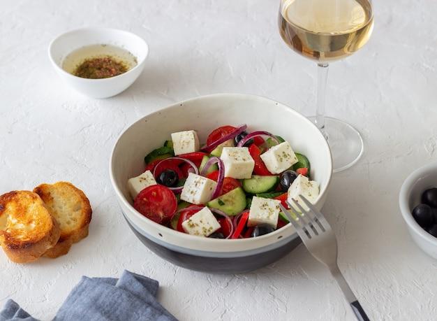 Griechischer salat mit tomaten, gurken, käse, zwiebeln, paprika und oliven