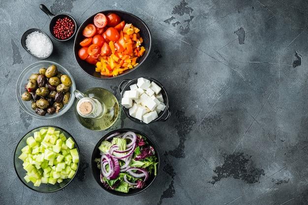 Griechischer salat mit tomaten, pfeffer, oliven und feta