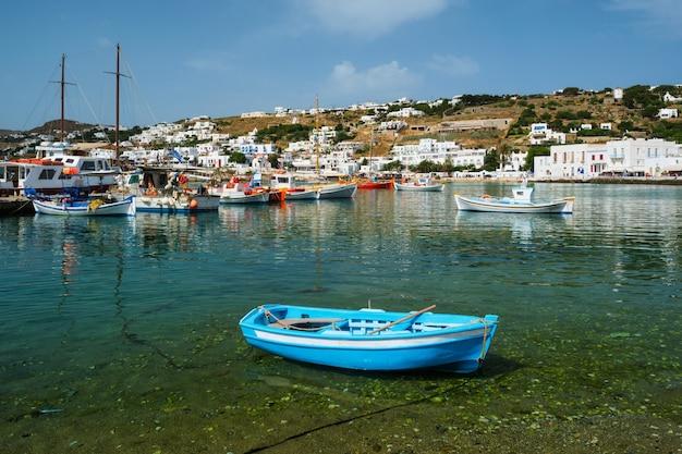 Griechisches fischerboot im hafen von mykonos
