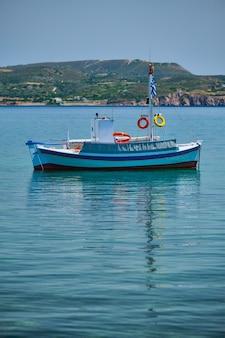 Griechisches fischerboot in der ägäis in der nähe der insel milos griechenland