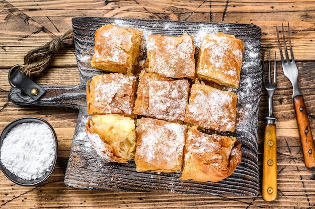 Griechisches gebäck bougatsa mit phyllo-teig und grieß-puddingcreme.