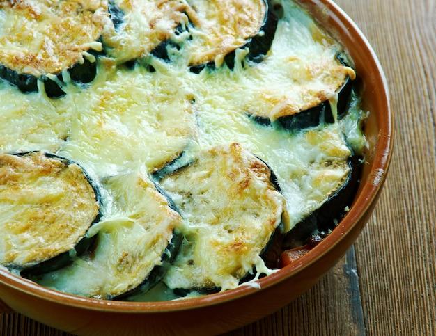 Griechisches moussaka mit linsen. nahansicht