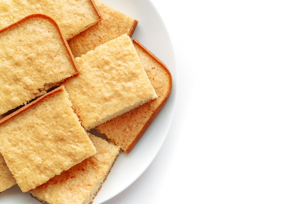 Grießkuchen isoliert auf weißer oberfläche