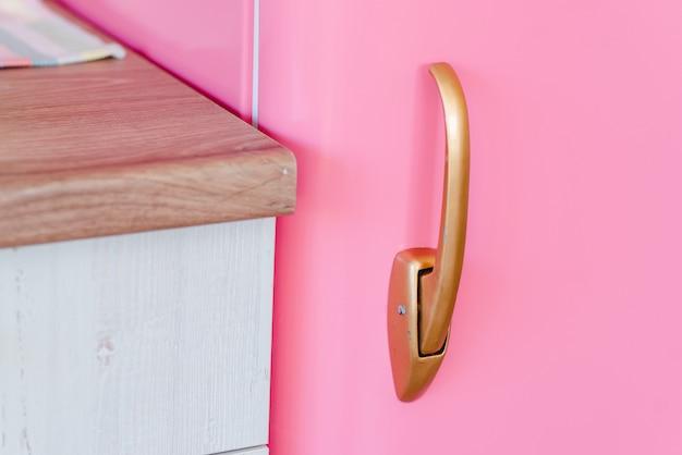 Griff des rosa kühlschranks des retro-stils in der vintagen küche