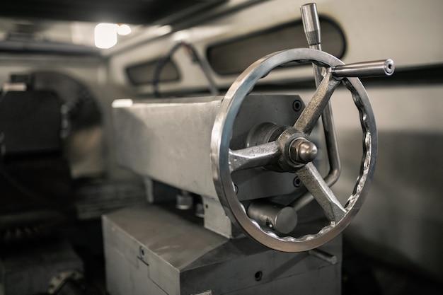 Griffklemme an einer metalldrehmaschine. reitstock der drehmaschine.