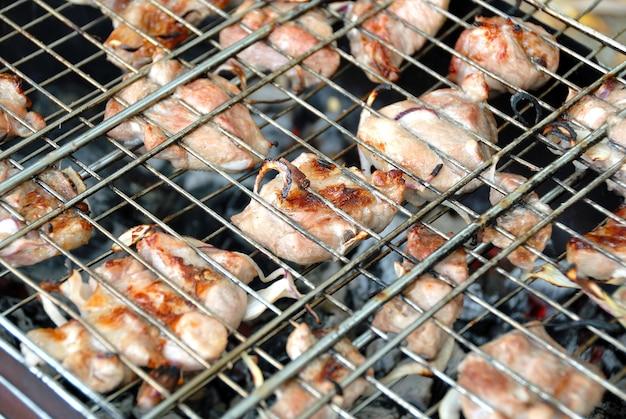 Grill. fleisch in einem gitter auf kohlen gebraten.