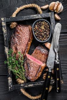 Grill gegrillte rumpfkappe oder brasilianisches picanha-rinderfleischsteak in einem holztablett