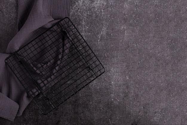 Grill-hintergrund - leerer befeuerter grill auf schwarz
