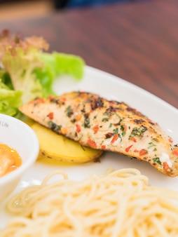 Grill-seebarsch-filet mit honig-tartar-sauce