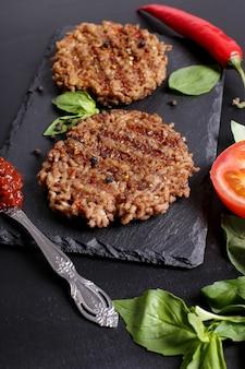 Grilleg rindfleisch und zutaten für hamburger
