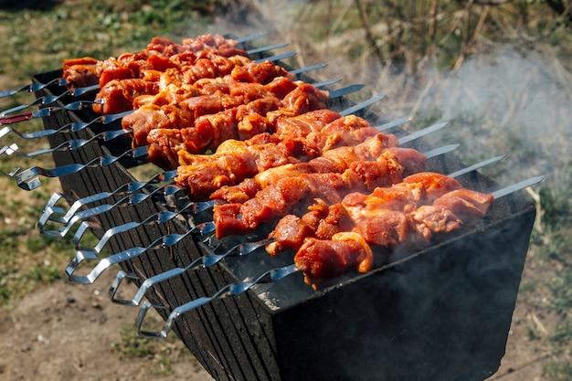 Grillen am spieß auf dem grill