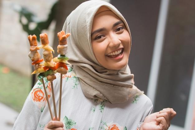 Grillen der muslimischen frau