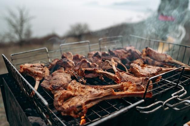 Grillen eines lammkarree auf dem grill