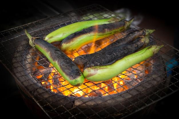 Grillen sie auberginengemüse auf heißem feuer für die herstellung des thailändischen lebensmittels
