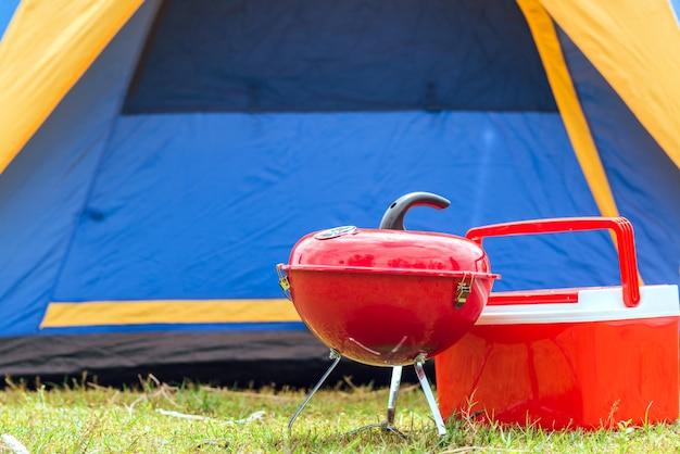 Grillen sie den grill mit buntem grill auf dem grill auf dem campingplatz