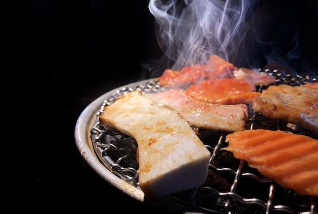 Grillen sie schweinefleisch auf heißer kohle im japanischen lebensmittel