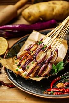 Grillen sie schweinefleischrindfleischhuhn-meeresfrüchteporzellan