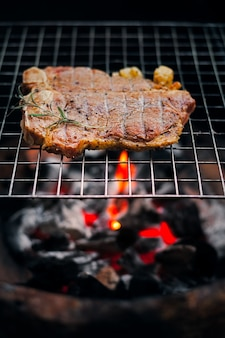 Grillen t bone steak auf flammendem grill