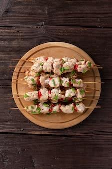 Grillkonzept mit köstlichem frischem kebab auf holzspießen