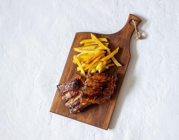Grillrippen mit pommes frites. amerikanische küche. grill. grill.