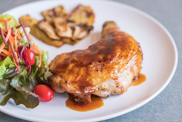 Grills hühnersteak mit teriyaki-sauce