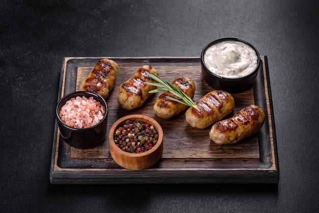Grillwurst mit kräuter- und gemüsezugabe auf dunklem hintergrund