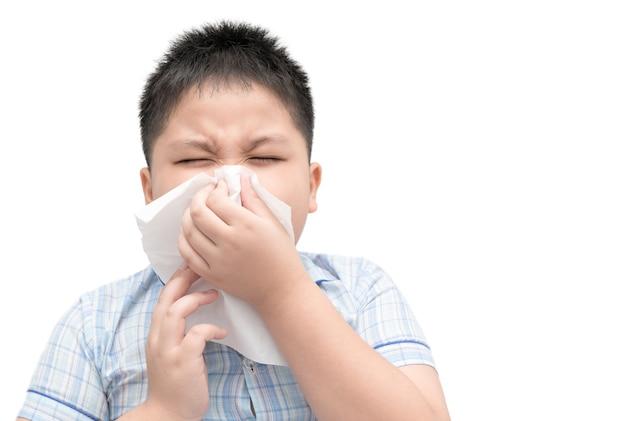 Grippe. beleibter junge erhielt nasenallergie, niesende nase der grippe lokalisiert auf weißem hintergrund, gesundheitswesenkonzept