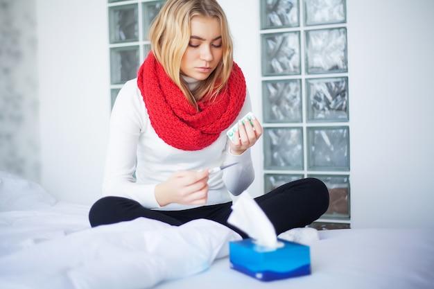 Grippe und kranke frau. kranke frau, die papiergewebe, erkältungsproblem verwendet