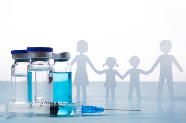 Grippeimpfstoff mit spritze auf dem tisch