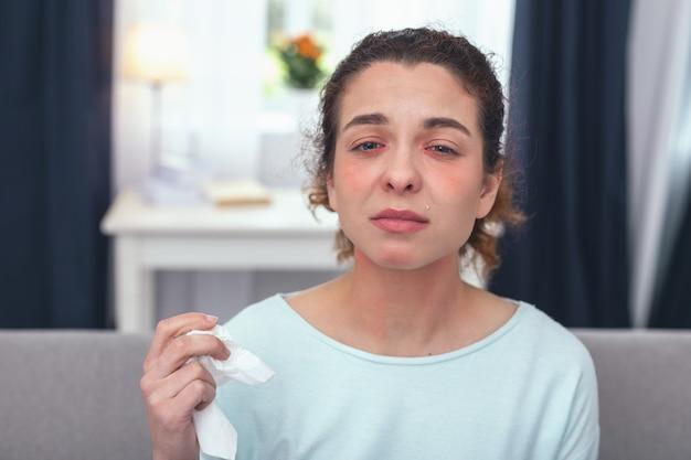 Grippeprävention. junge abwesende krank aussehende frau, die vergessen hat, ihre jährliche vorsorgliche grippeschutzimpfung zu nehmen, die an ersten grippesymptomen leidet