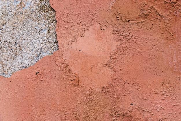 Grobe und lackierte zementwandfläche
