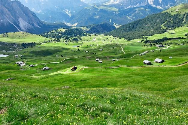 Grödner wiesenfelder und berge
