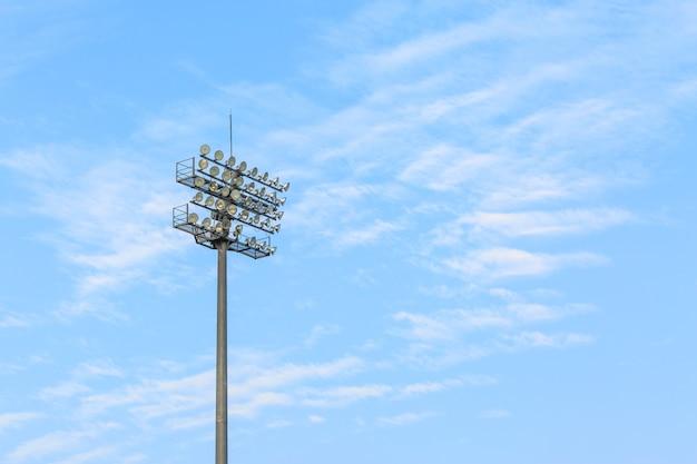 Größerer stadionlichtturm in der tageszeit
