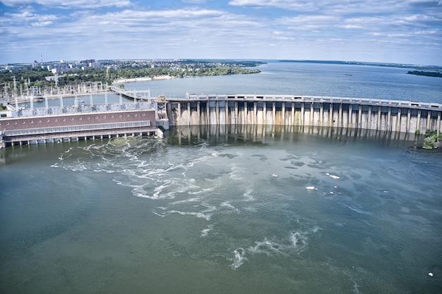 Größtes wasserkraftwerk am dnjepr in saporoschje.