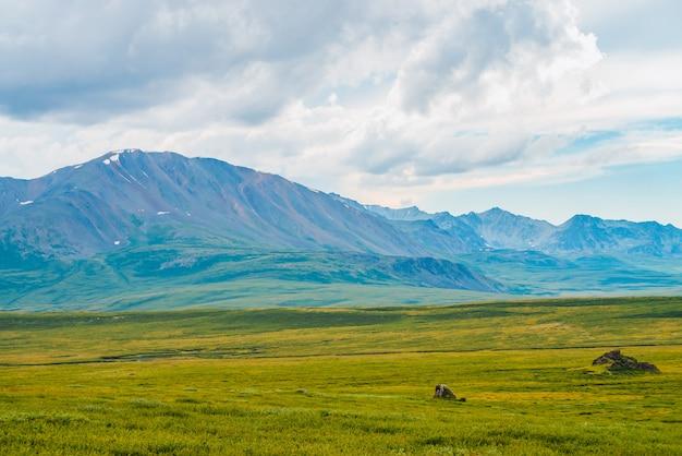 Großartige ansicht von riesigen bergen unter bewölktem himmel. h