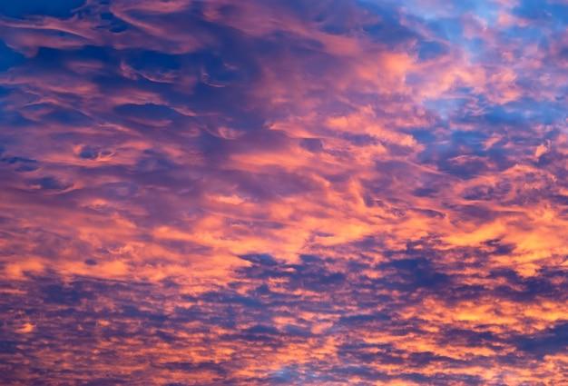 Großartiger erstaunlicher brennender himmel