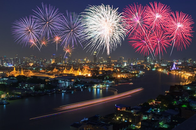 Großartiger palast und bangkok-stadt mit bunten feuerwerken, thailand
