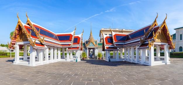 Großartiger palast, wat pra kaew mit blauem himmel, bangkok, thailand