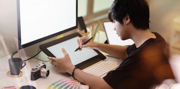Großaufnahme der motivierten fotografzeichnung auf tablette
