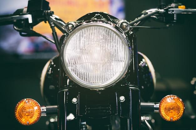 Großaufnahme des motorradscheinwerfers. klassischer motorradscheinwerfer oder scheinwerfer der weinlese.