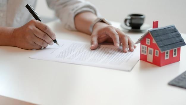 Großaufnahme des unterzeichnenden vertrages des kunden über wohnungsbaudarlehensvertrag