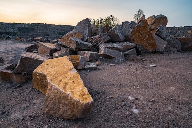 Große ablagerungen von steinmaterialien in der nähe eines bergbausteinbruchs