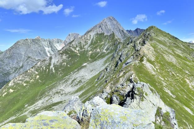 Große ansicht über berg der felsigen spitzen unter blauem himmel