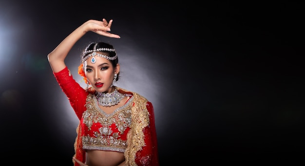 Große augen des indischen schönheitsgesichtes mit perfekter hochzeit