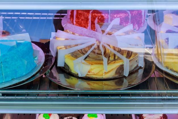 Große auswahl an kuchen und gebäck an der theke in einem café. verkauf von leckeren süßigkeiten.