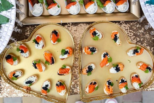 Große auswahl an speisen mit kalten snacks