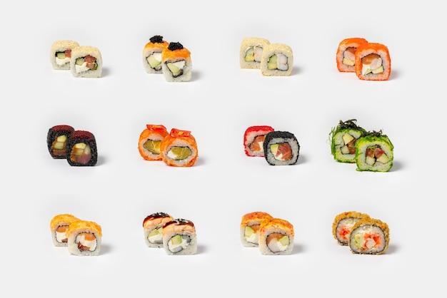Große auswahl an verschiedenen maki-sushis auf neutralem hellem hintergrund