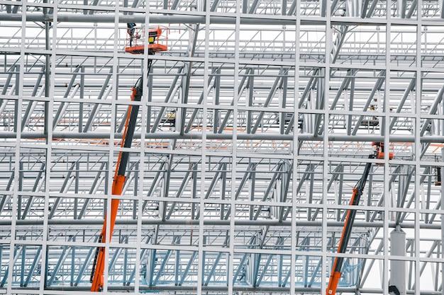 Große baustellestruktur des stahlgewebes für das errichten der bahnstation