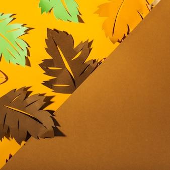 Große blätter auf gelbem tisch